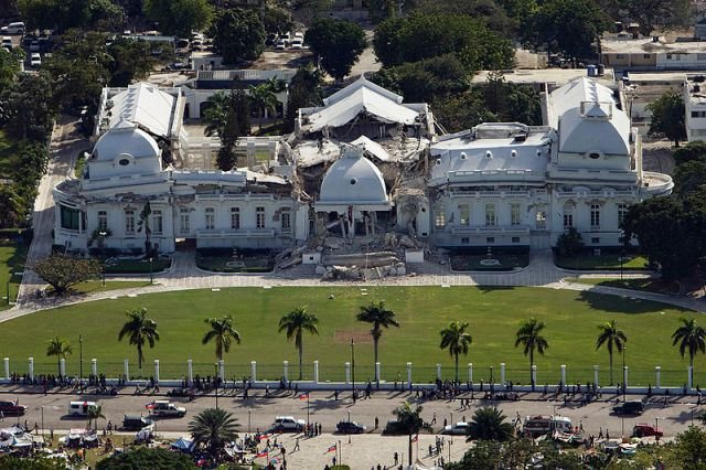 800px-Haitian_national_palace_earthquake