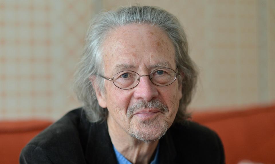 APA10353776 - 23112012 - SALZBURG - …STERREICH: ZU APA TEXT KI - Schriftsteller Peter Handke  im Rahmen eines Interviews  mit der Austria Presse Agentur (APA) am Donnerstag, 22. November 2012, in Salzburg.  Handke feiert am 6. Dezember seinen 70. Geburtstag. APA-FOTO: BARBARA GINDL
